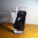 Puhelin vesilasissa