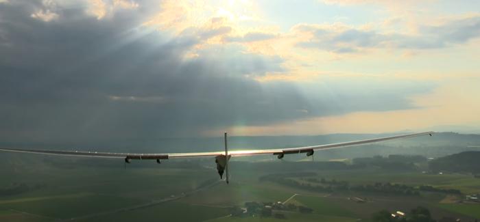 Katso: Aurinkoenergialla toimiva lentokone aloitti lentonsa maailman ympäri
